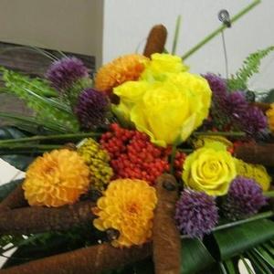 Fleurs Coupées - Bouquet lié quenouilles - $150
