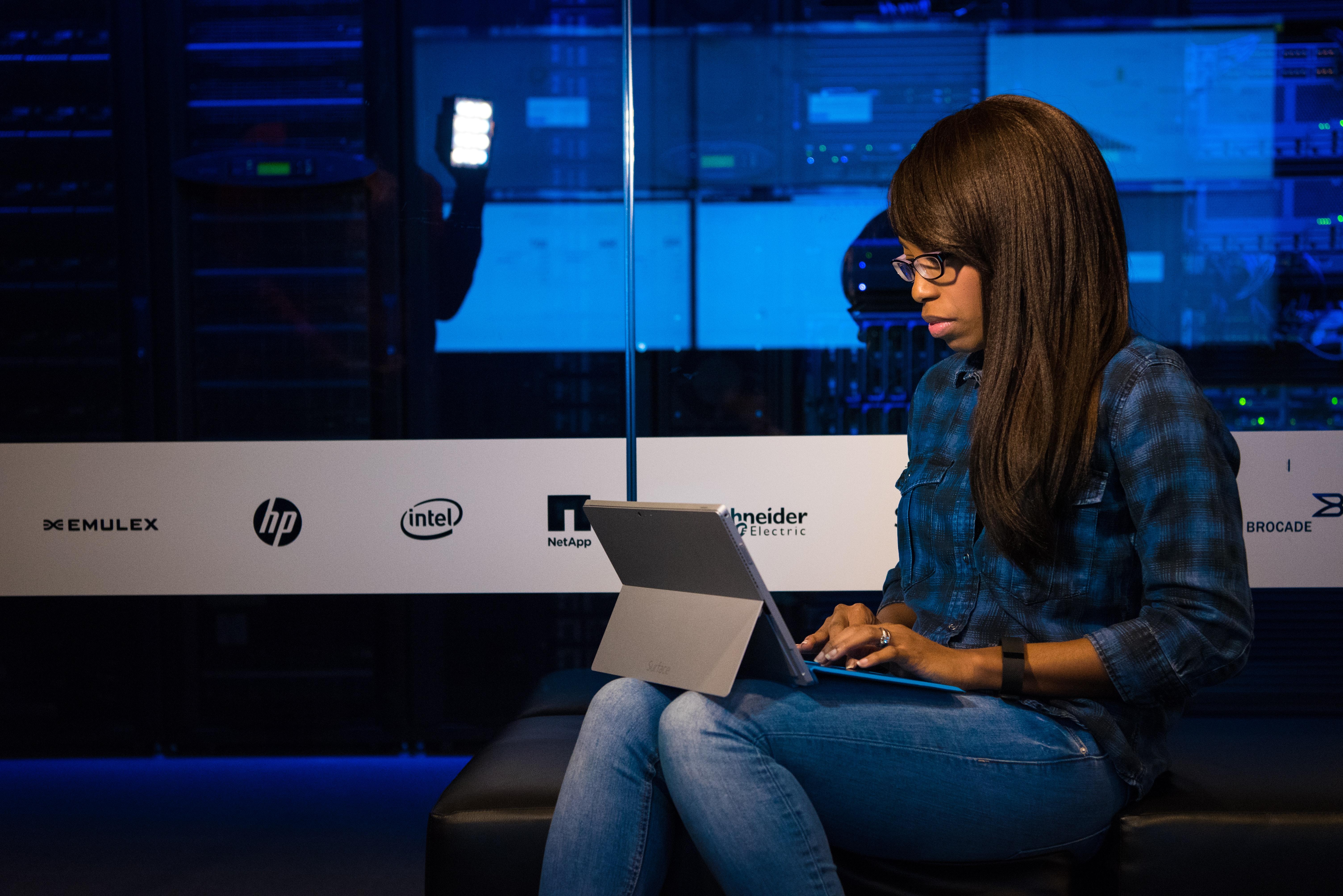 Jeune femme avec son ordinateur portable