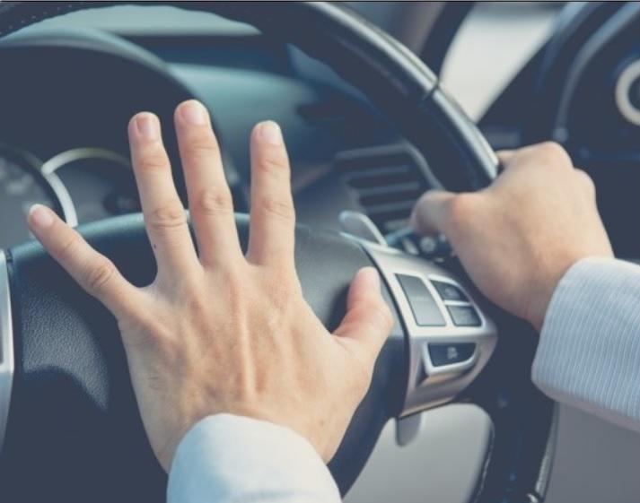 spausti-automobilio-signala