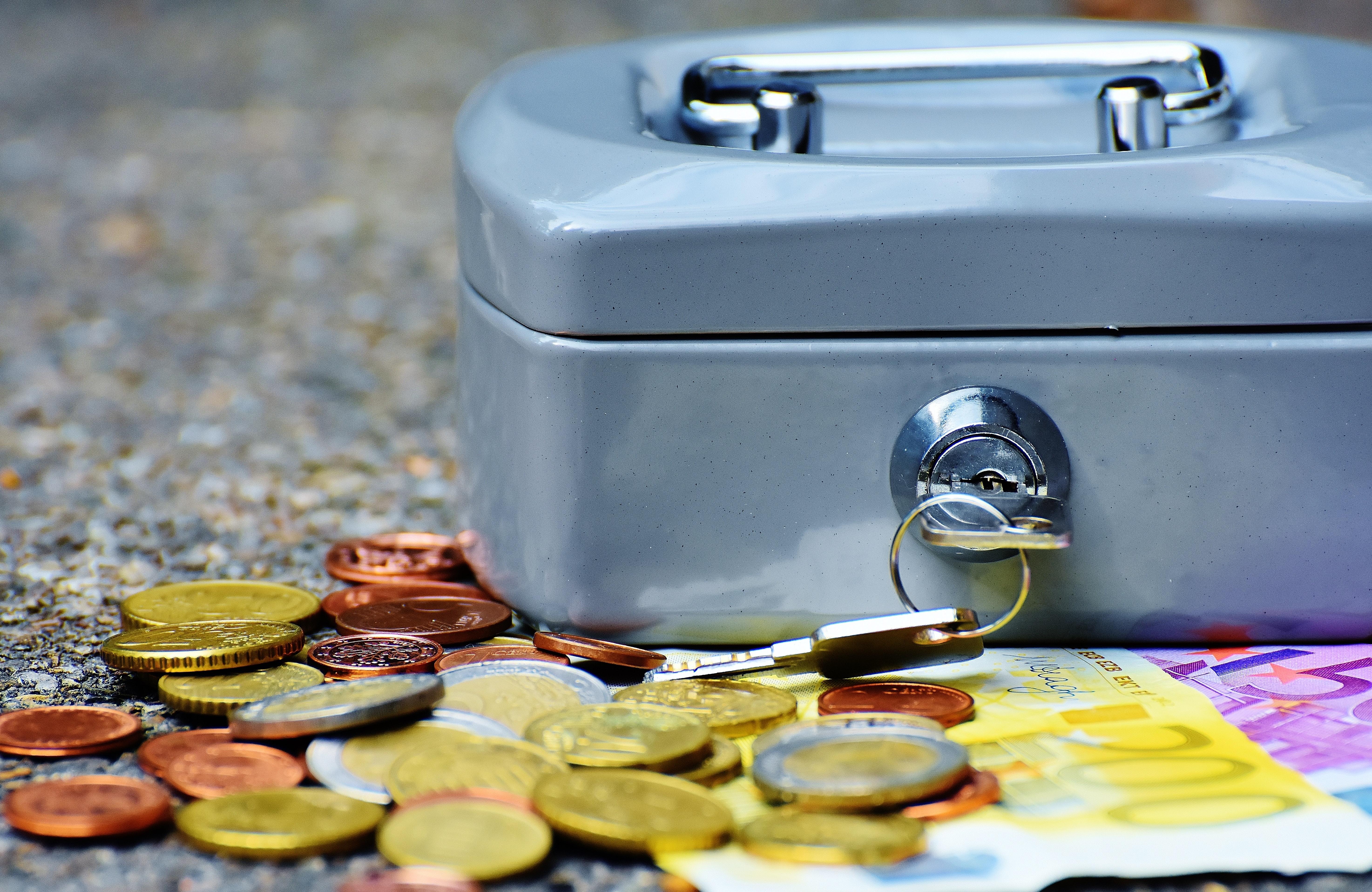 Pièces de monnaie et caisse