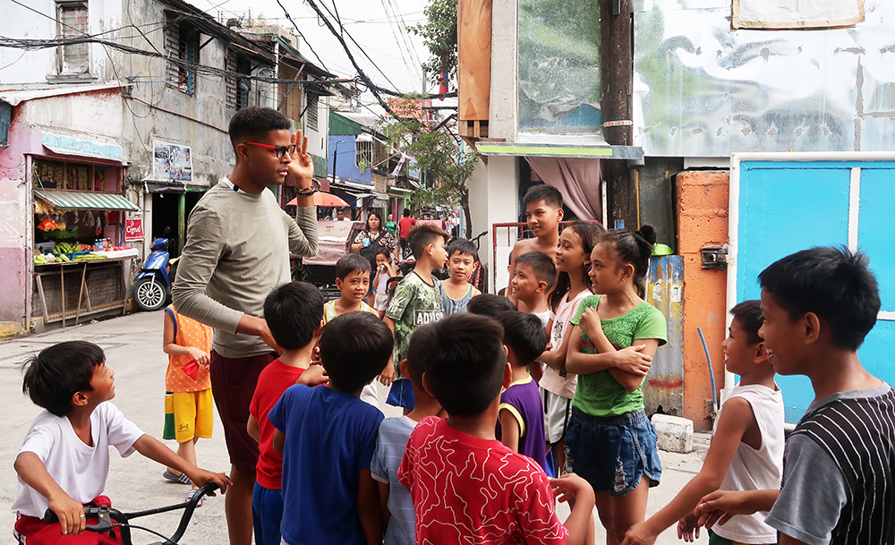 Dante Lee speaking Tagalog to a group of Filipino children