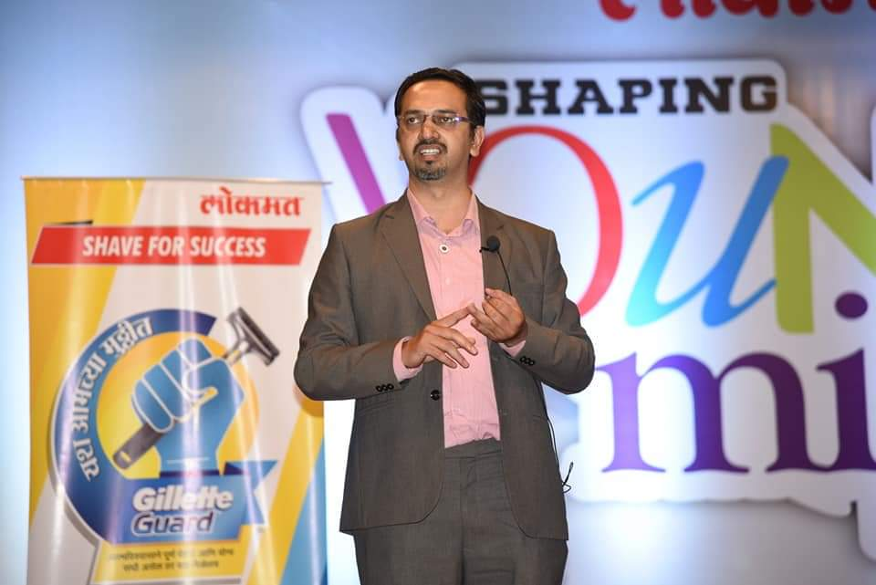 Paresh Chitnis conducting Graphology Personality development program for Gillete and Lokmat