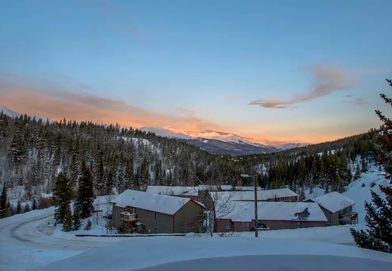 Aprés Ski Yoga + Wellness Retreat (Women Only)