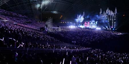 五月天带领着四万个憨人上班,炎热的气候中歌迷热情不减