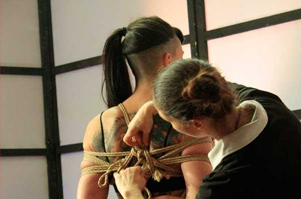 Nina tying a gote (box tie) for a tutorial