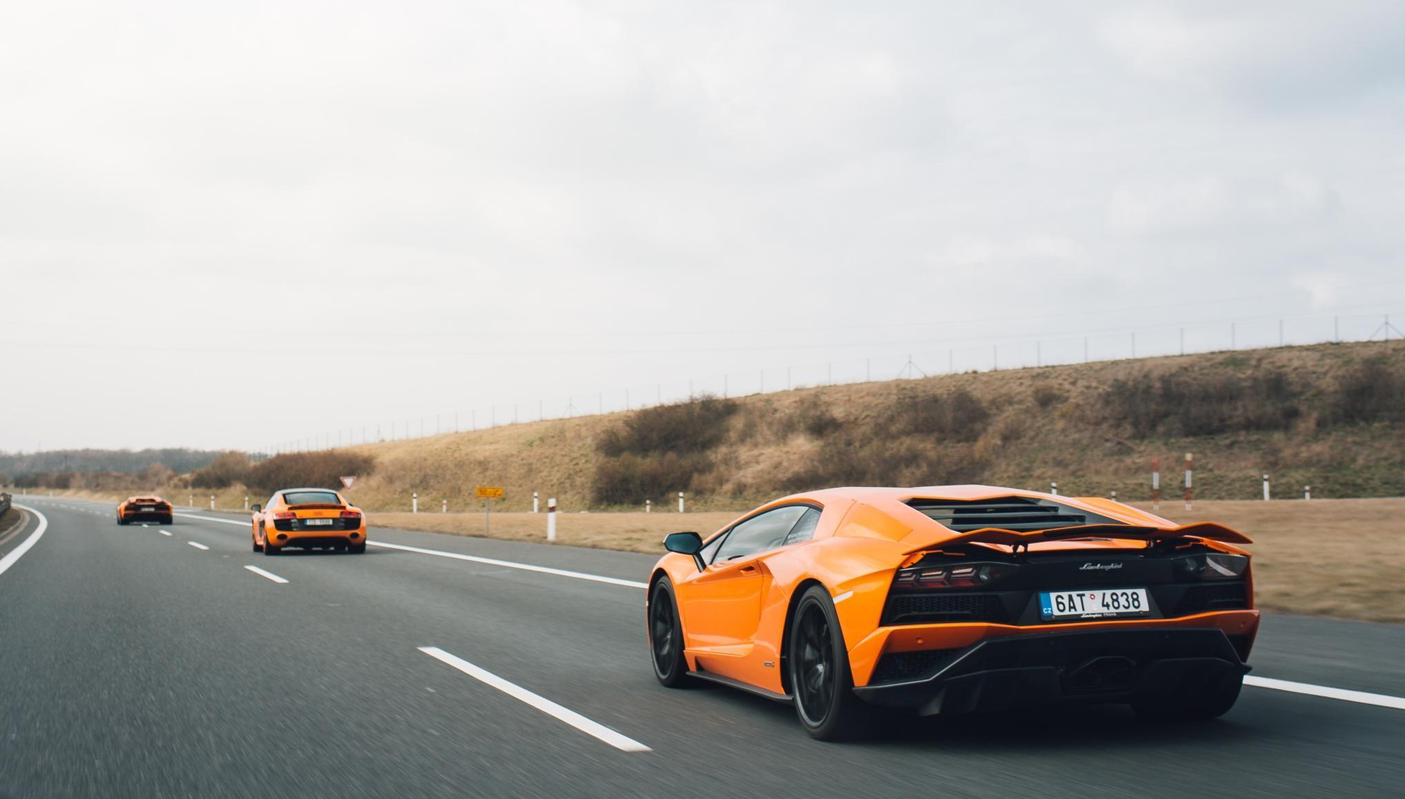 oranzinis-automobilis-geriau-matomas