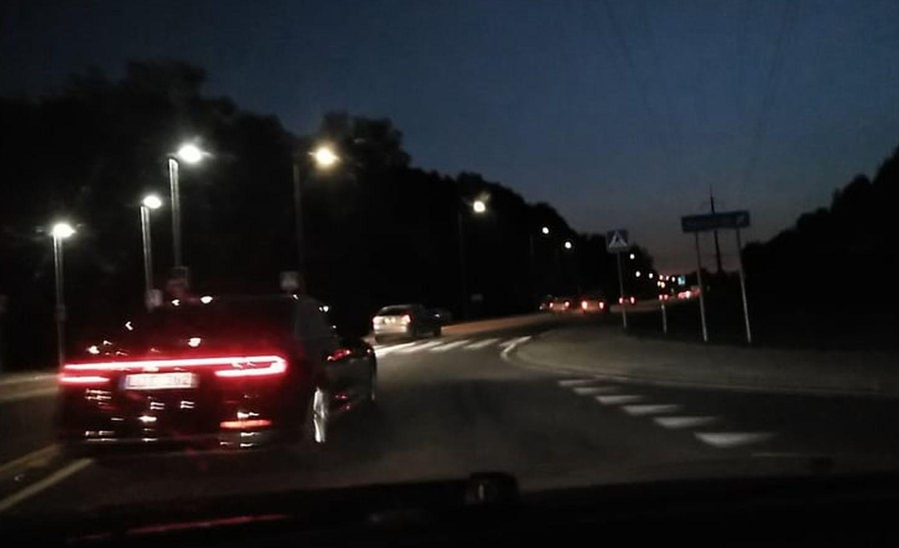 automobilis-kelyje