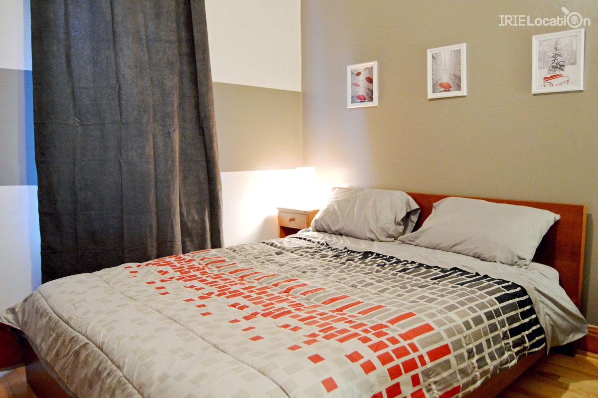 Chambre décorée meublée d'un lit queen