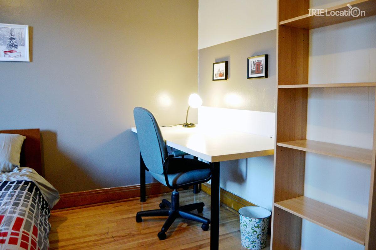 Jolie chambre étudiante contenant un bureau illuminé