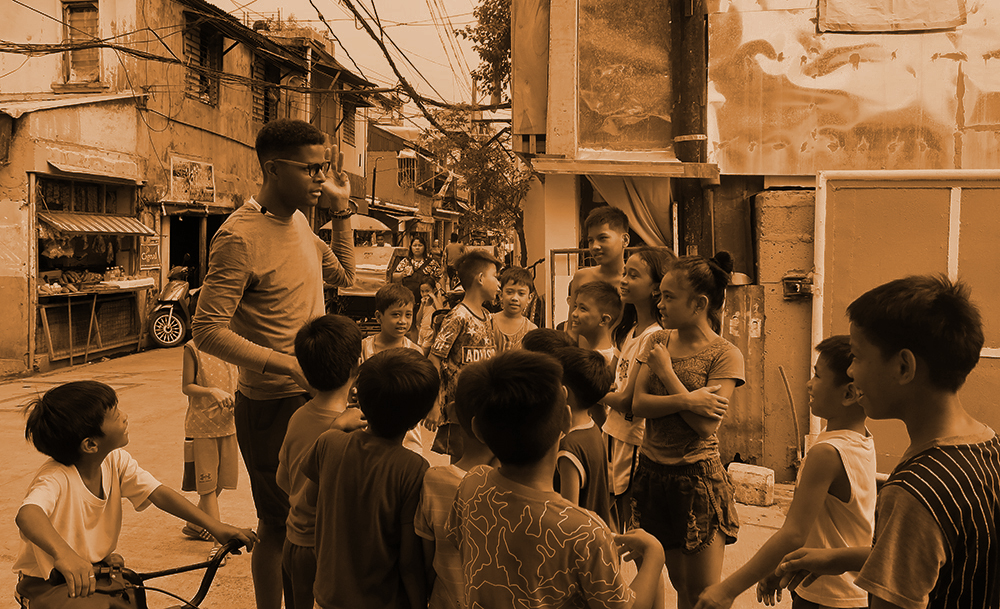 Dante Lee speaking Tagalog with young Filipinos in Manila
