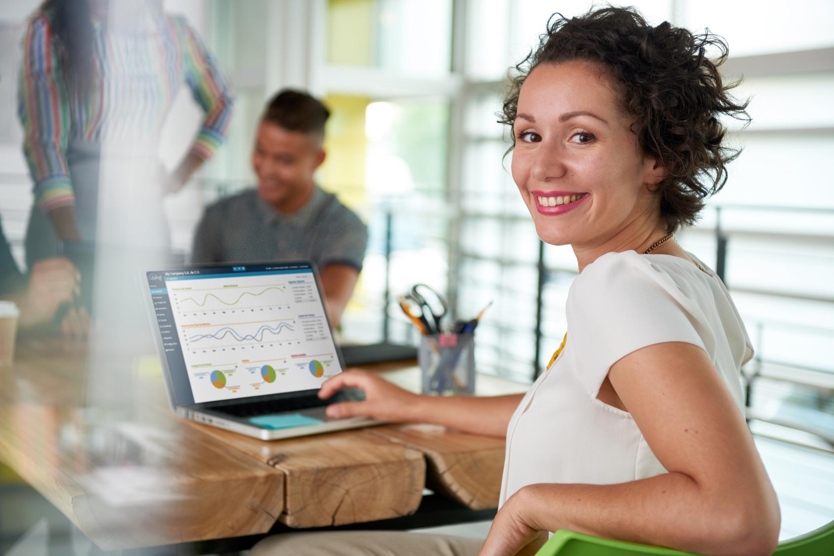 Empresaria utilizando Bind ERP en su computadora