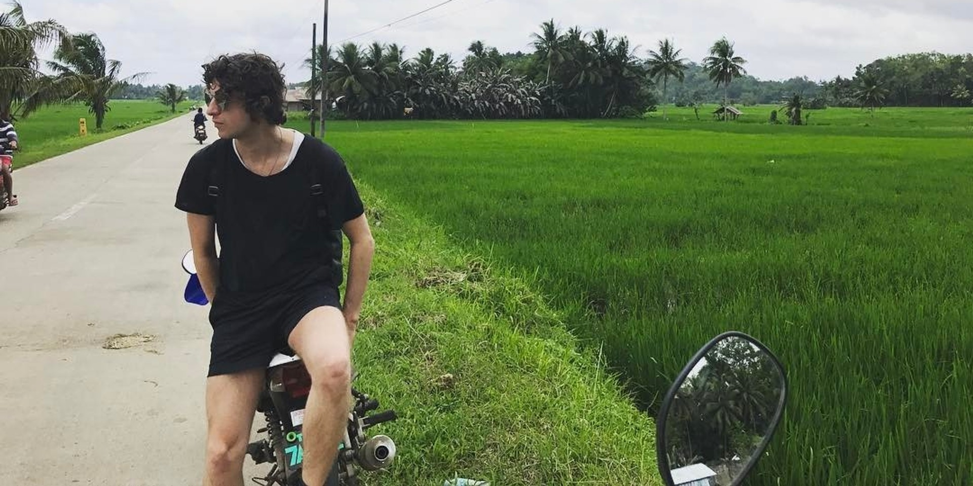 """WATCH: The Kooks vocalist Luke Pritchard performs """"Ooh La"""" in the Philippines"""