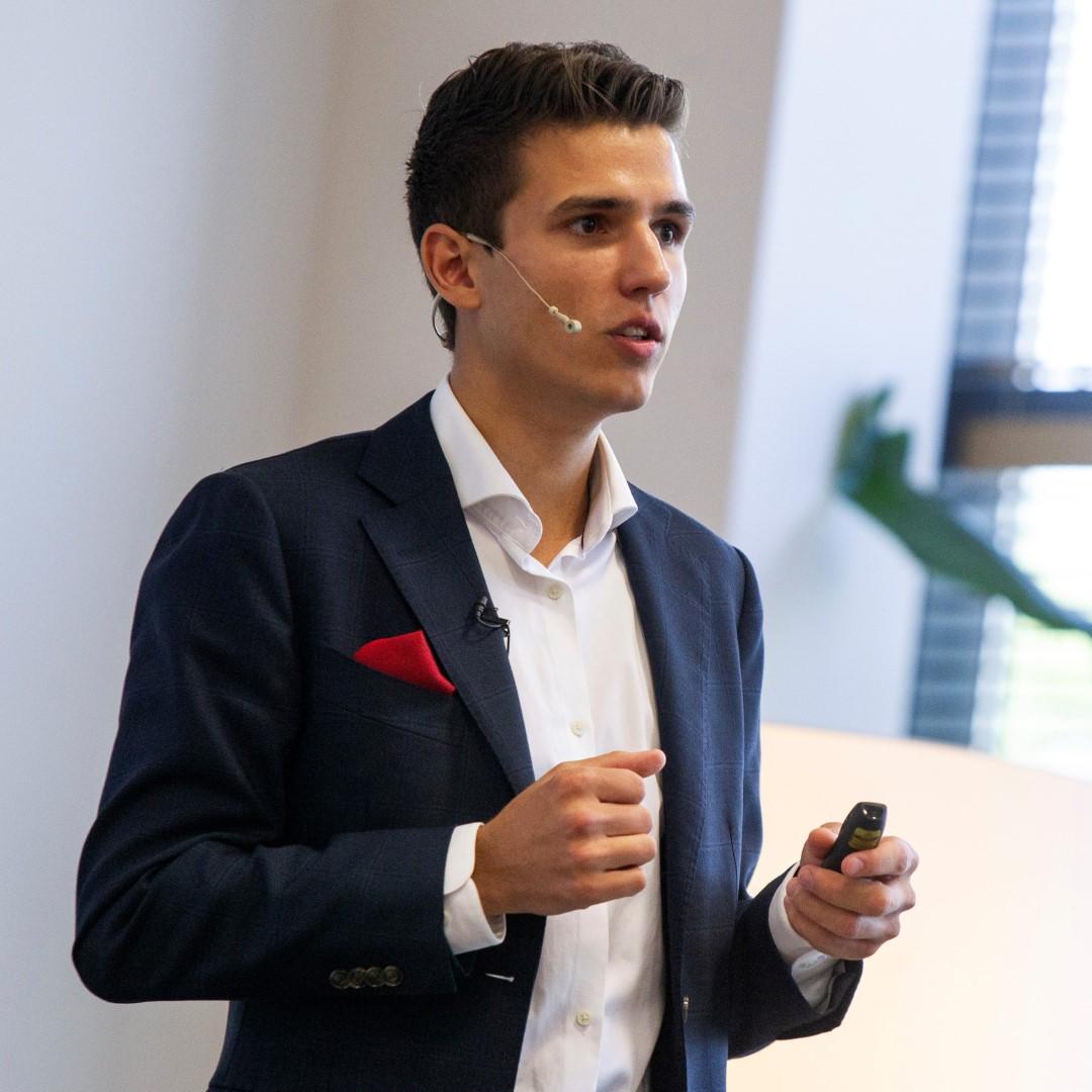 K.Šiuipys yra Amazon verslo konsultantas ir paskyrų administratorius.