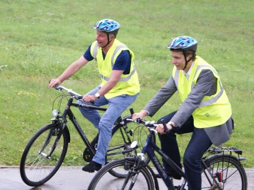 dviratininkai-su-liemenemis