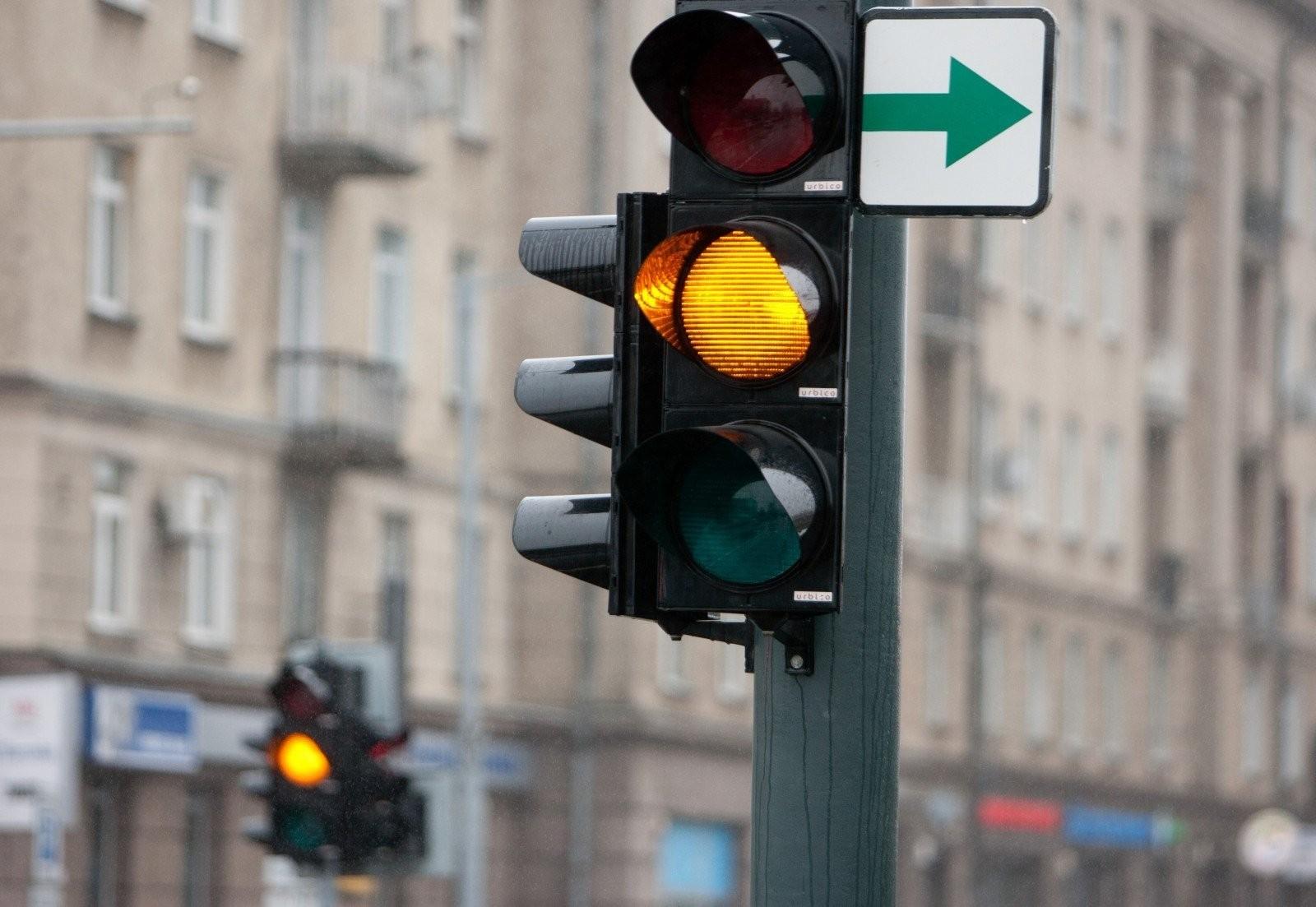 Geltonas signalas draudžia eismą