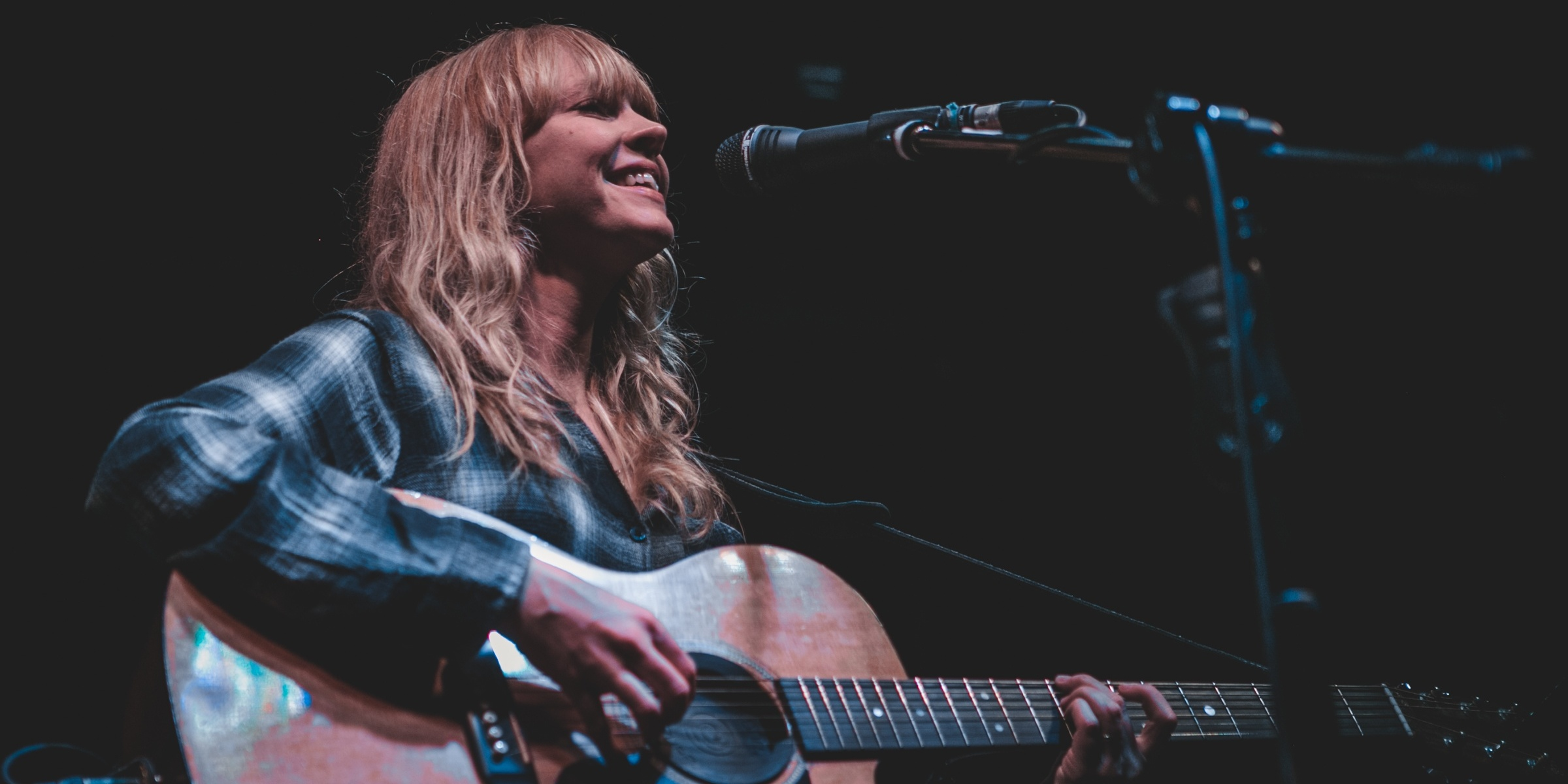 WATCH: British singer-songwriter Lucy Rose charms the crowd off their feet in her return to Manila