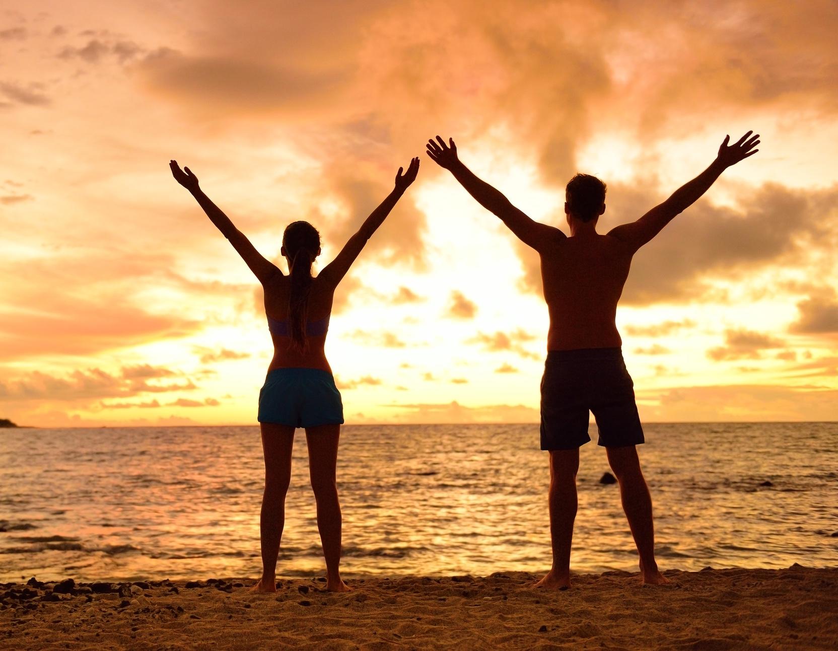 Ett par på stranden med segertecken